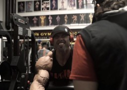 Bizepstraining von Frank Wrath McGrath vor Bodybuilding Meisterschaft